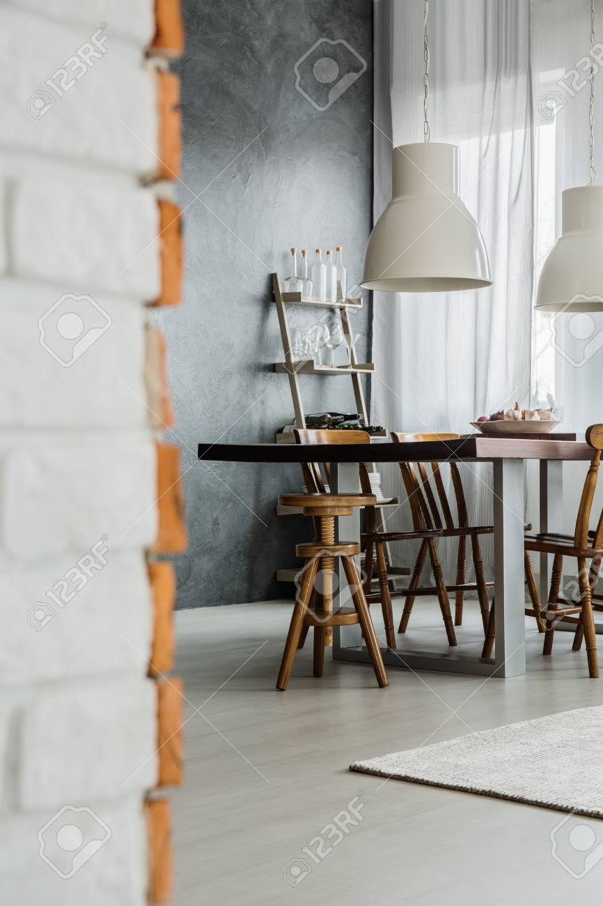 Primer Plano De Comedor Industrial Con Lámparas Y Pared Oscura Fotos ...