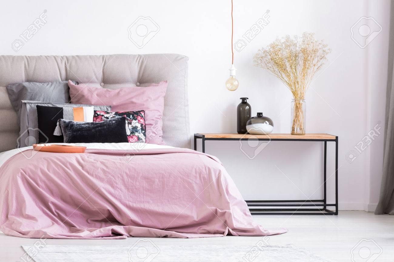 Banque Du0027images   Vases Décoratifs Et Fleurs Sur Table En Chambre Rose  Pastel Avec Plaque En Cuivre Et Oreillers à Motifs Sur Lit King Size