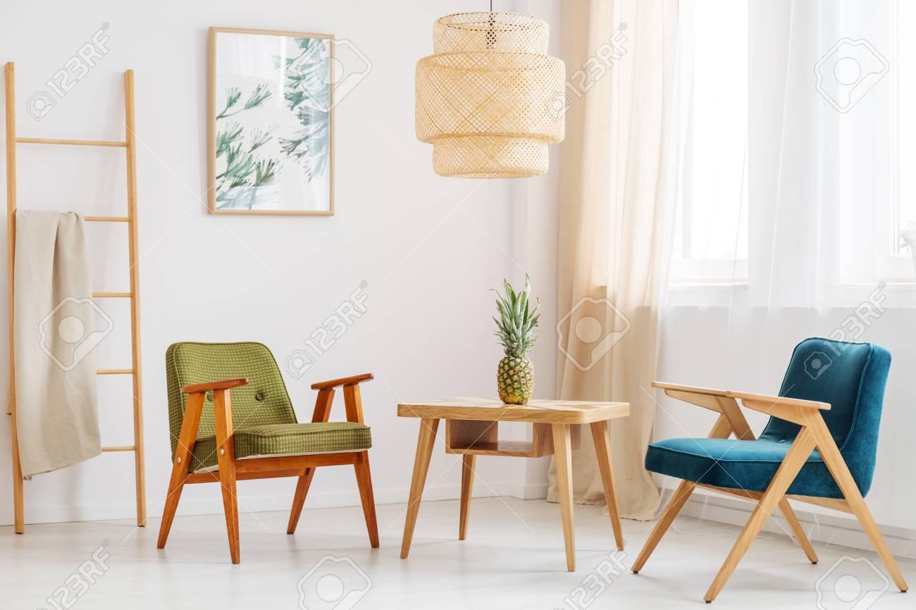 Ananas Auf Klassischer Tabelle Zwischen Blauem Und Grünem Stuhl Im ...