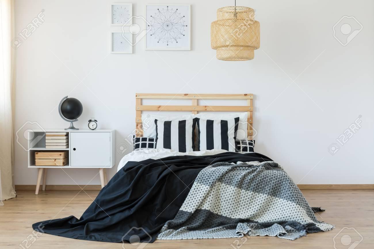 Bett Mit Bettkopf Aus Holz In Schwarz Weiss Schlafzimmer Lizenzfreie