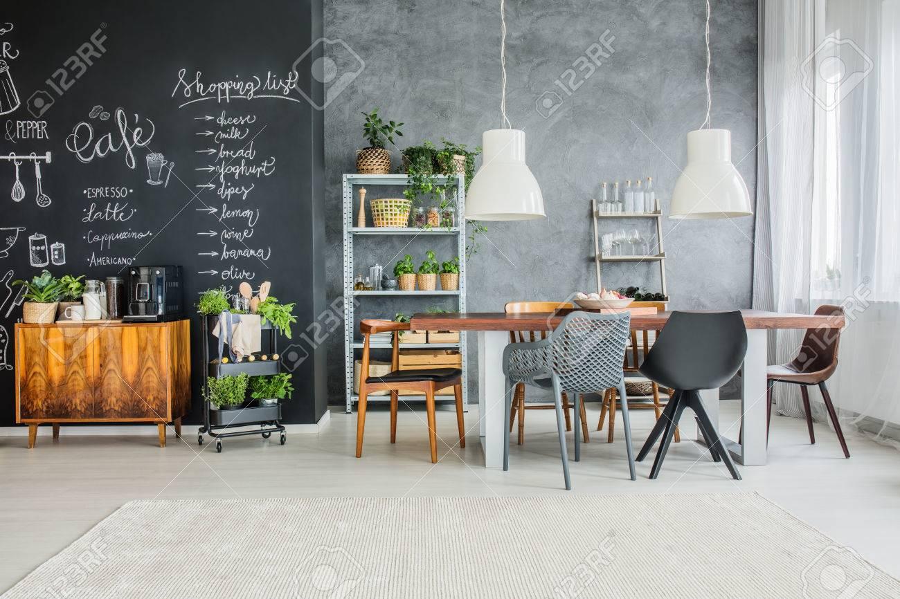 accents de tableau et chaises d�pareill�es dans la salle � manger �clectique