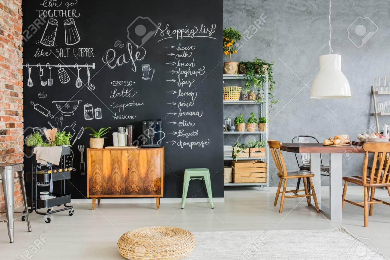 Esszimmer Mit Tafelwand, Holztruhe Und Küchenwagen Lizenzfreie Fotos ...