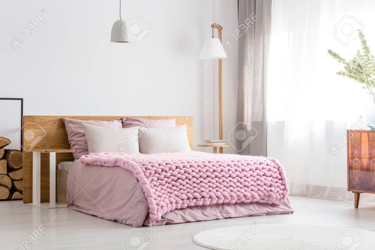 Camera da letto classica scandinava con letto king-size, comò e grande  lampada