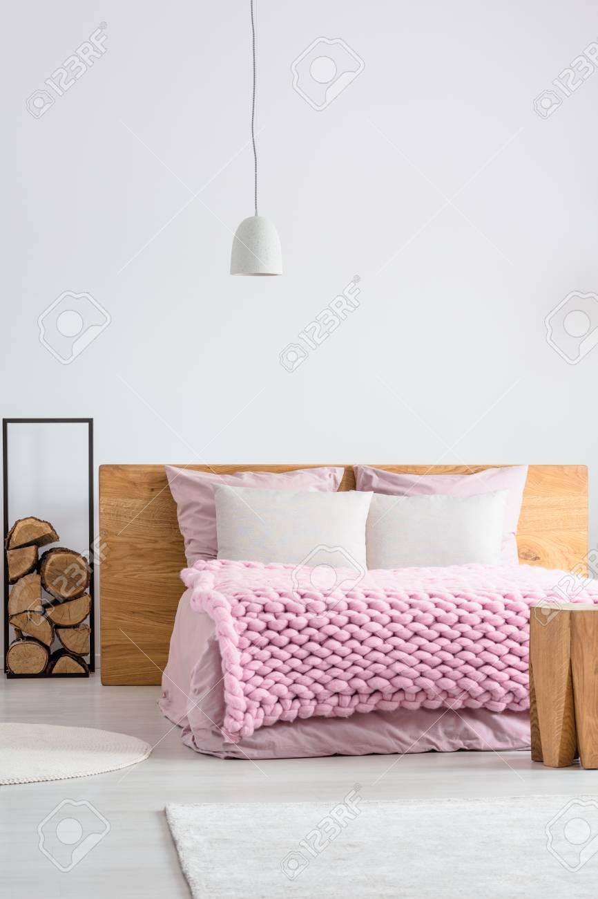 Helles Skandinavisches Schlafzimmer Mit Baumstammen Neben Kingsize
