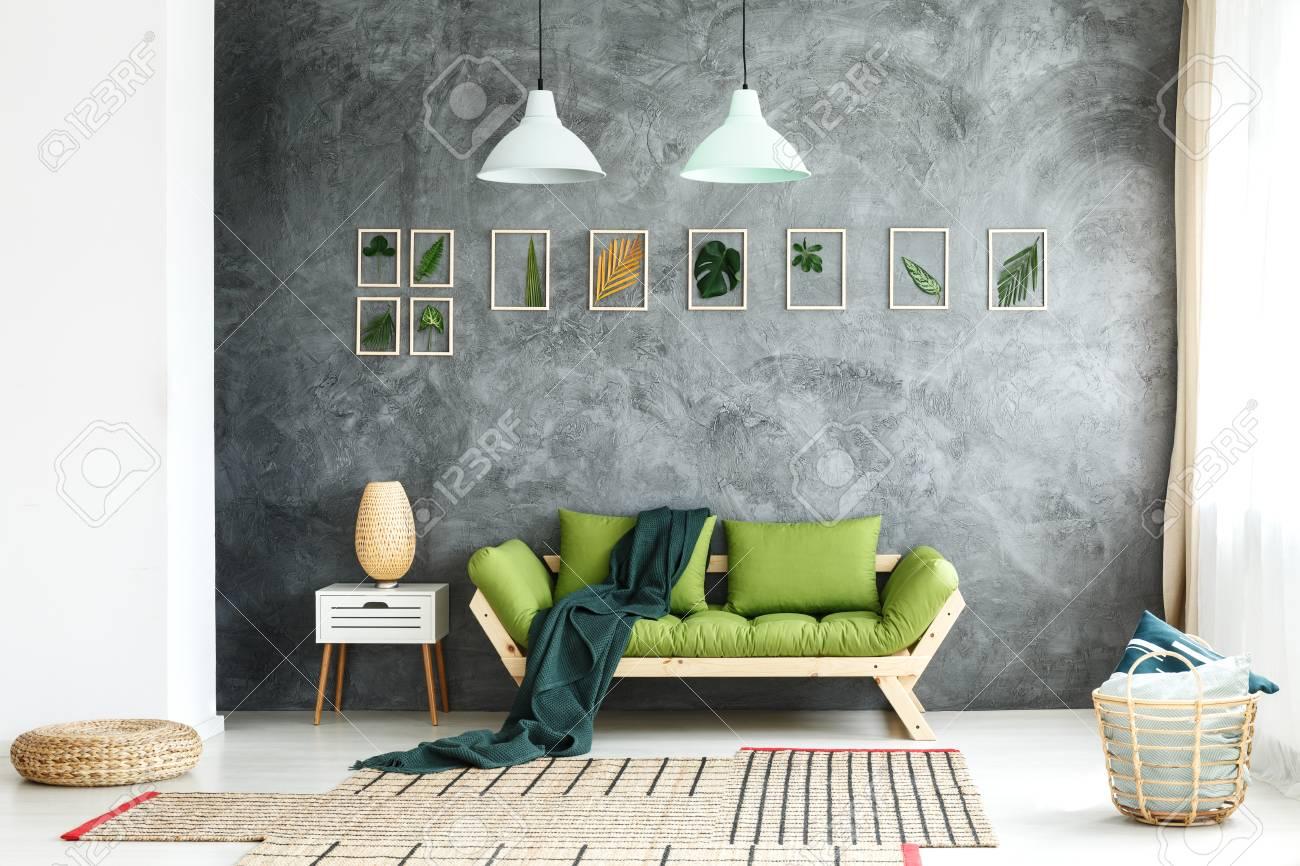 Couverture Vert Fonce Jete Sur Un Canape En Bois Debout Dans Le Salon Avec Panier En Osier Et Repose Pieds