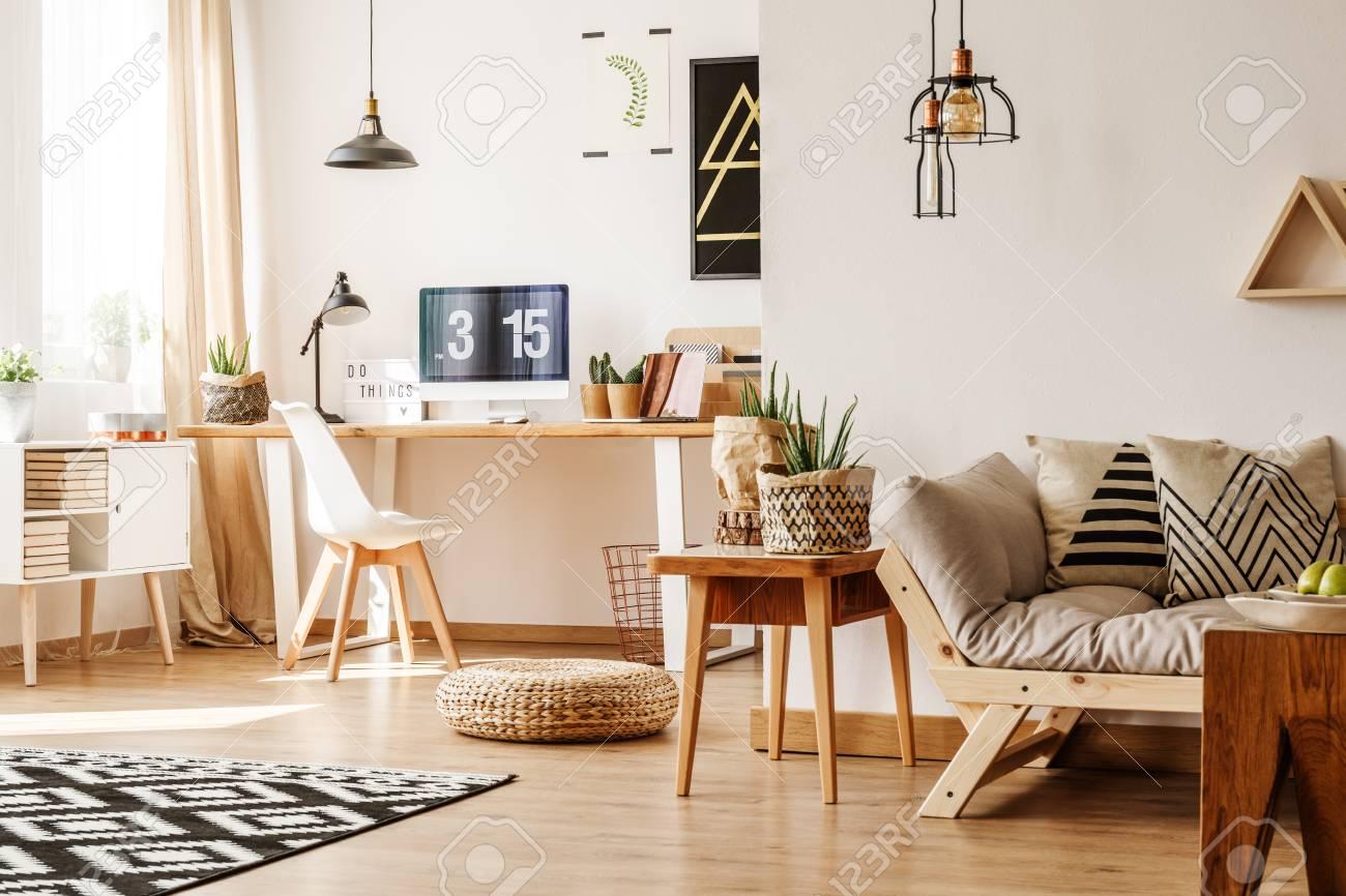Moderne Loft Interieur Voller Natürlicher Holzmöbel Und Zubehör Mit ...