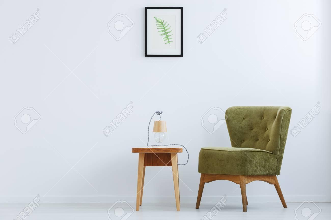 Chaise Rtro Vert Ct De La Table En Bois Avec Lampe Main