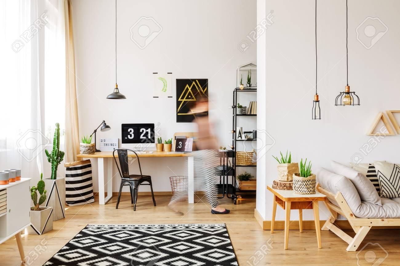 Wohnmobel Eines Freelancers Mit Naturlichem Oko Zubehor Holztisch