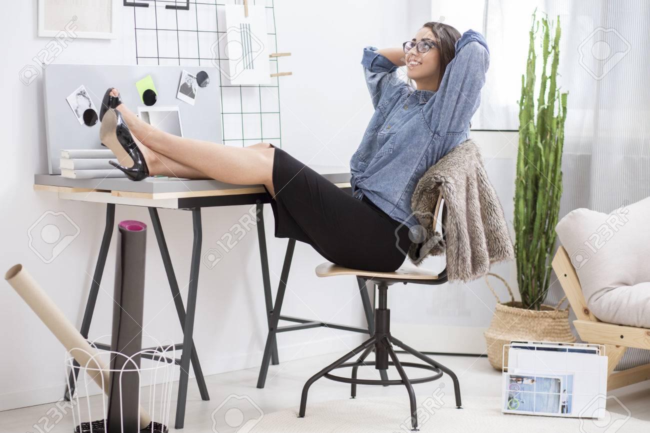 Foto de archivo - Mujer empresaria descansando en la oficina en casa  mientras está sentado en la silla con los pies sobre el escritorio 22a0e008339d