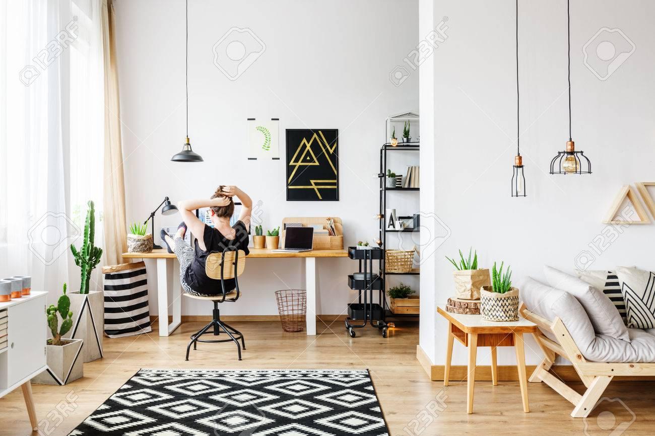 Jeune femme freelance travaillant à distance à la maison de