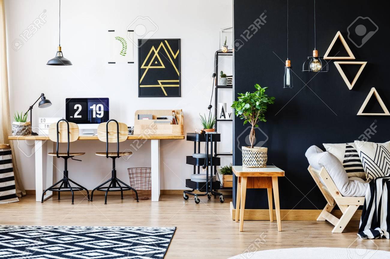 Stilvolle Schwarz-Weiß-Nord-Stil Offene Raum Wohnung Mit Holzmöbeln ...