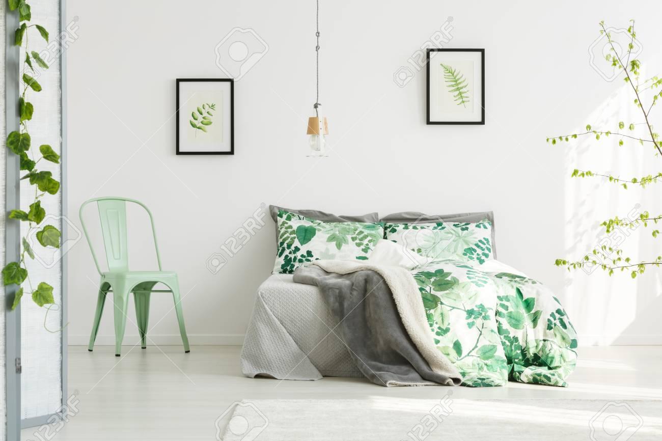 Minze Stuhl Neben King-Size-Bett Mit Floralen Bettwäsche In ...