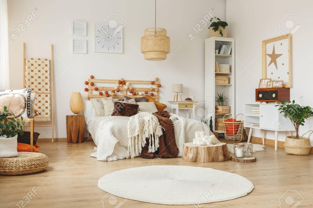 Poster Mit Mustern Hängen An Der Wand In Einem Schlafzimmer Standard Bild    85278868