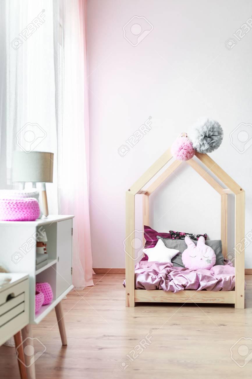 Handgemachtes Bett Für Mädchen Mit Kissen Und Rosa Überlagerung Im ...