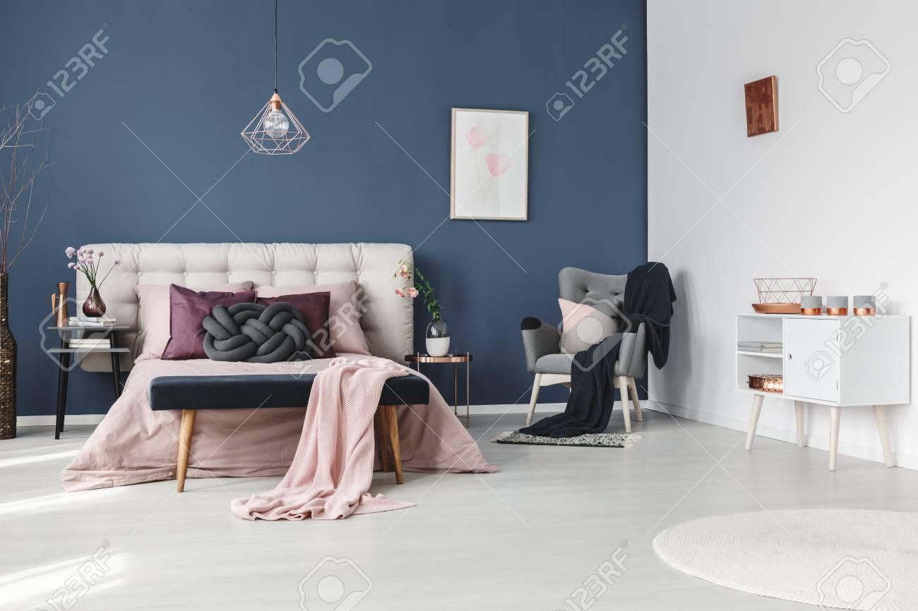 Kerzen Auf Weiss Kommode In Pastell Schlafzimmer Mit Dekorativen