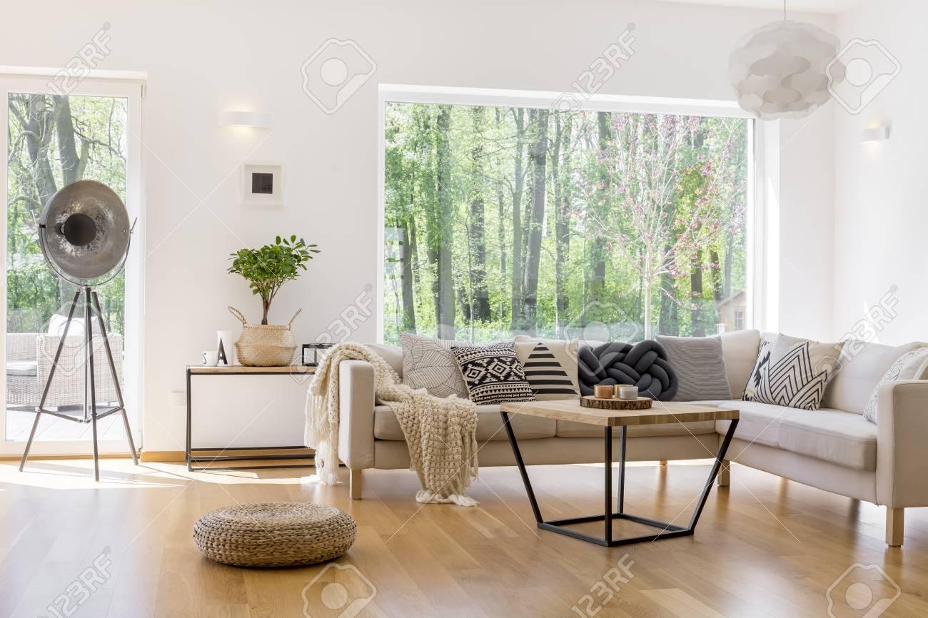 Entworfene Lampe, Geflochtener Hocker Und Kleiner Baum Im Geräumigen ...