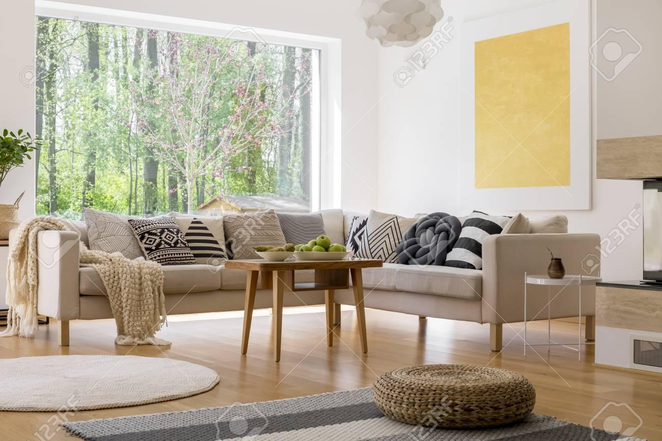 Sofa Beige Establecido En Estilo Escandinavo Sala De Estar En Casa Espaciosa Con Vista Sobre El Bosque