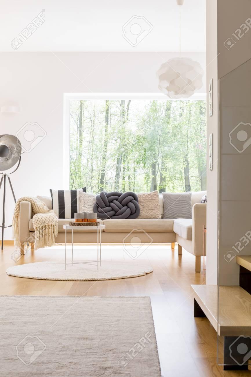 banque dimages canap confortable et lampe design dans un salon spacieux avec vue sur la fort - Canape Confortable Design