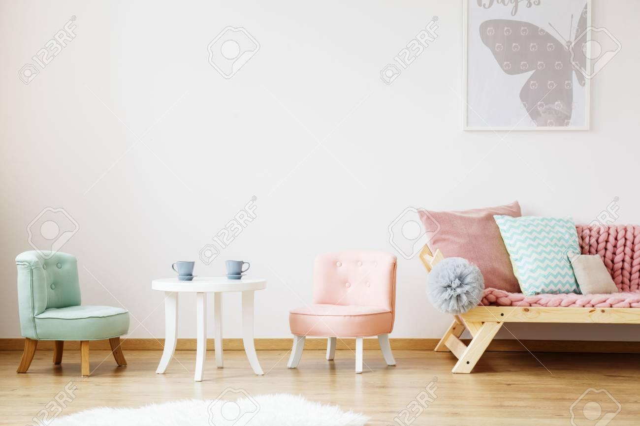 Blaue Tassen Auf Weissem Kindertisch Und Stuhlen Im Kinderzimmer Im