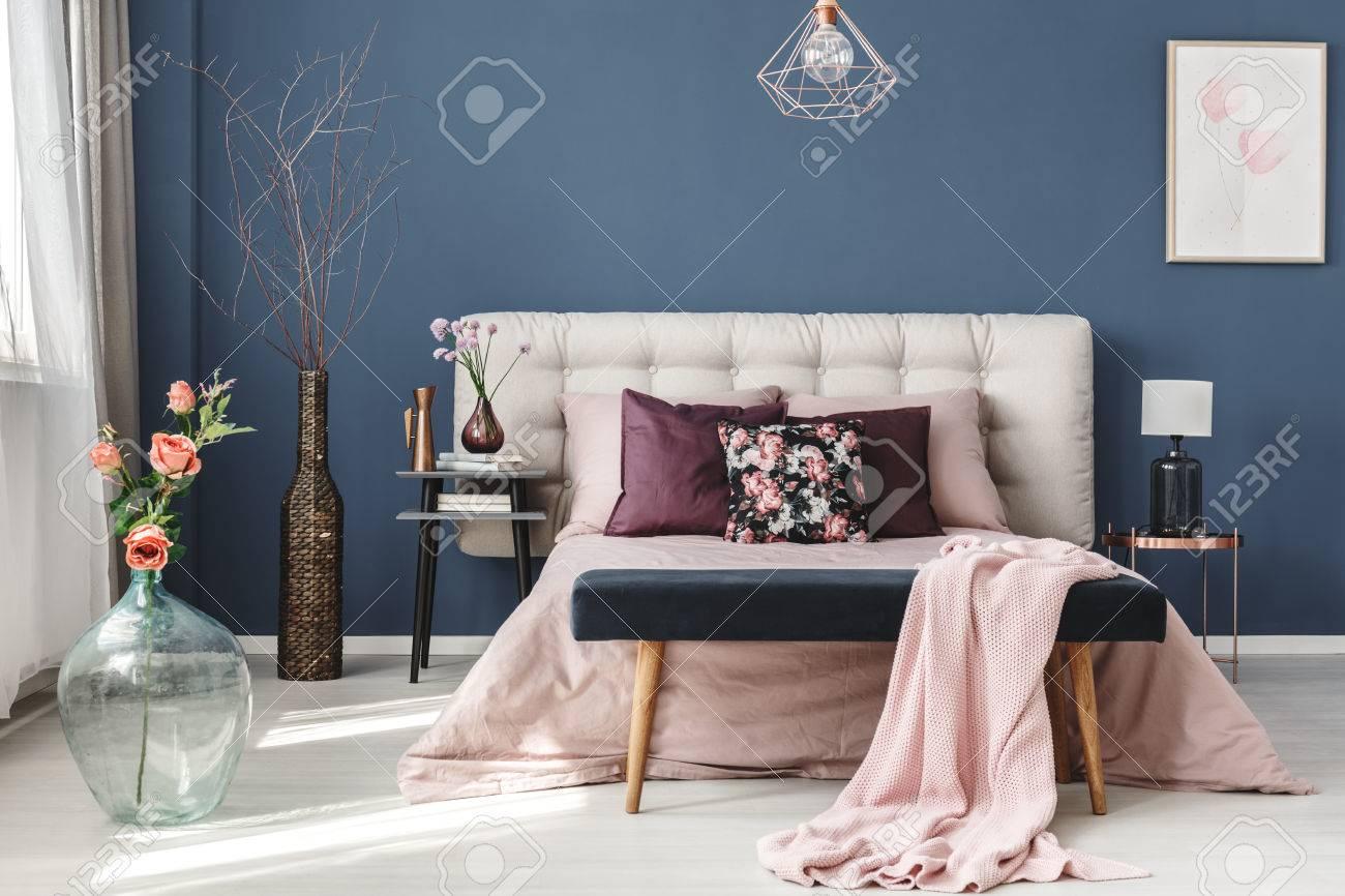 Rosa Blumen In Glasvase In Der Nahe Von Kingsize Bett Mit Rosa