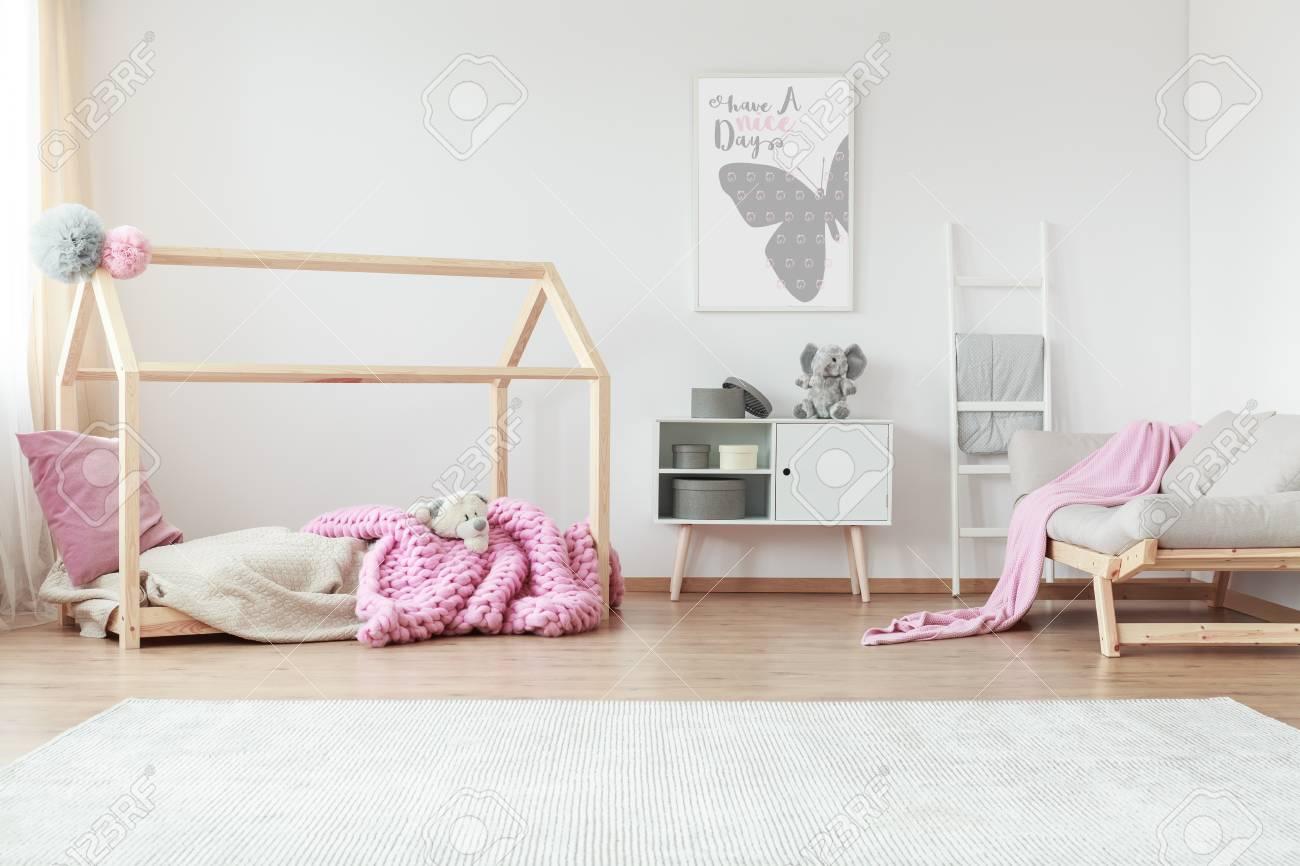 Chambre Enfant Créatif Avec Couverture Rose à Motifs Et Un Oreiller ...