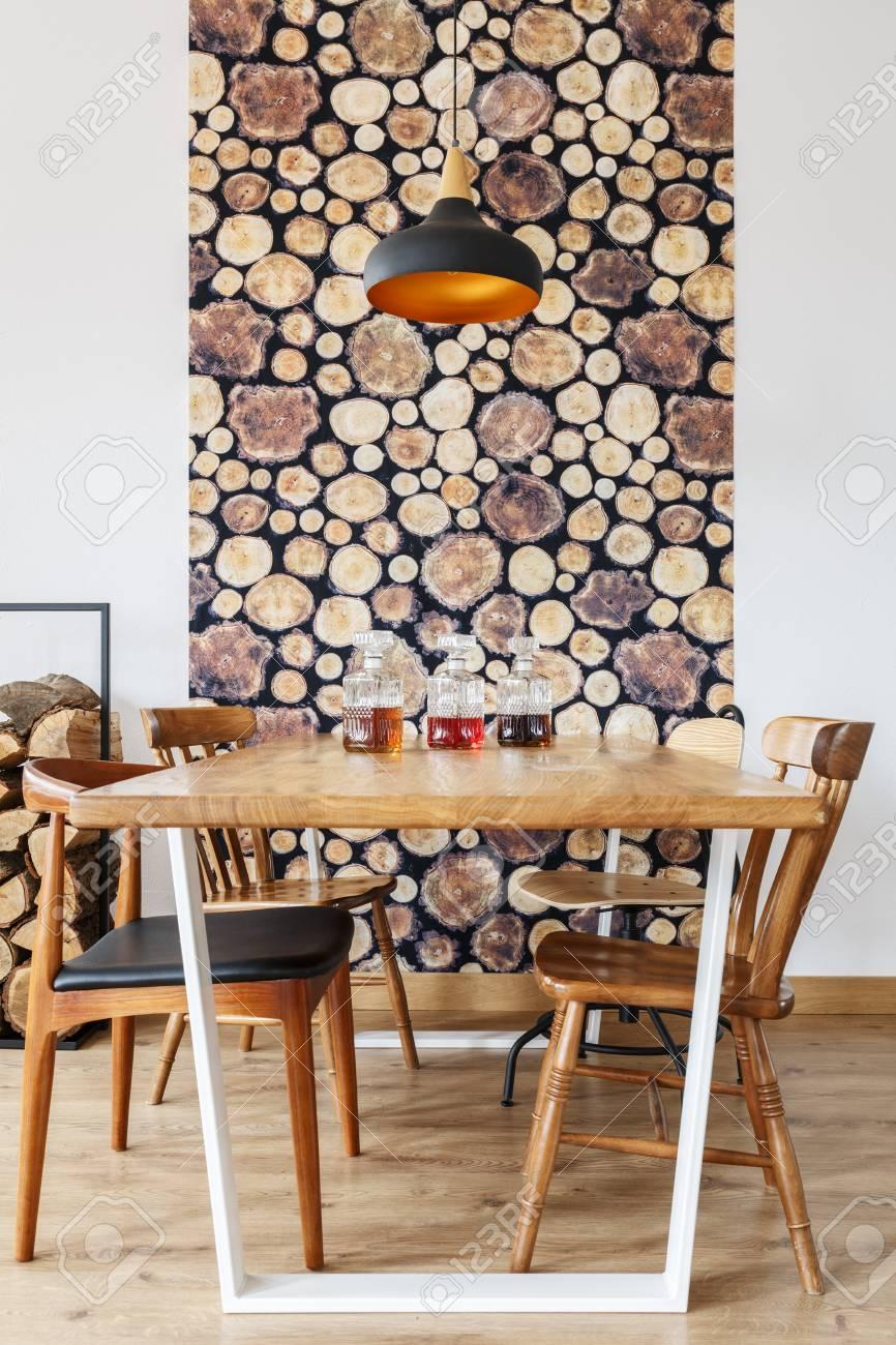 Hölzerner Speisetisch, Stühle Und Wanddekoration Im Modernen Hellen  Esszimmer Mit Natürlichem Design Standard Bild