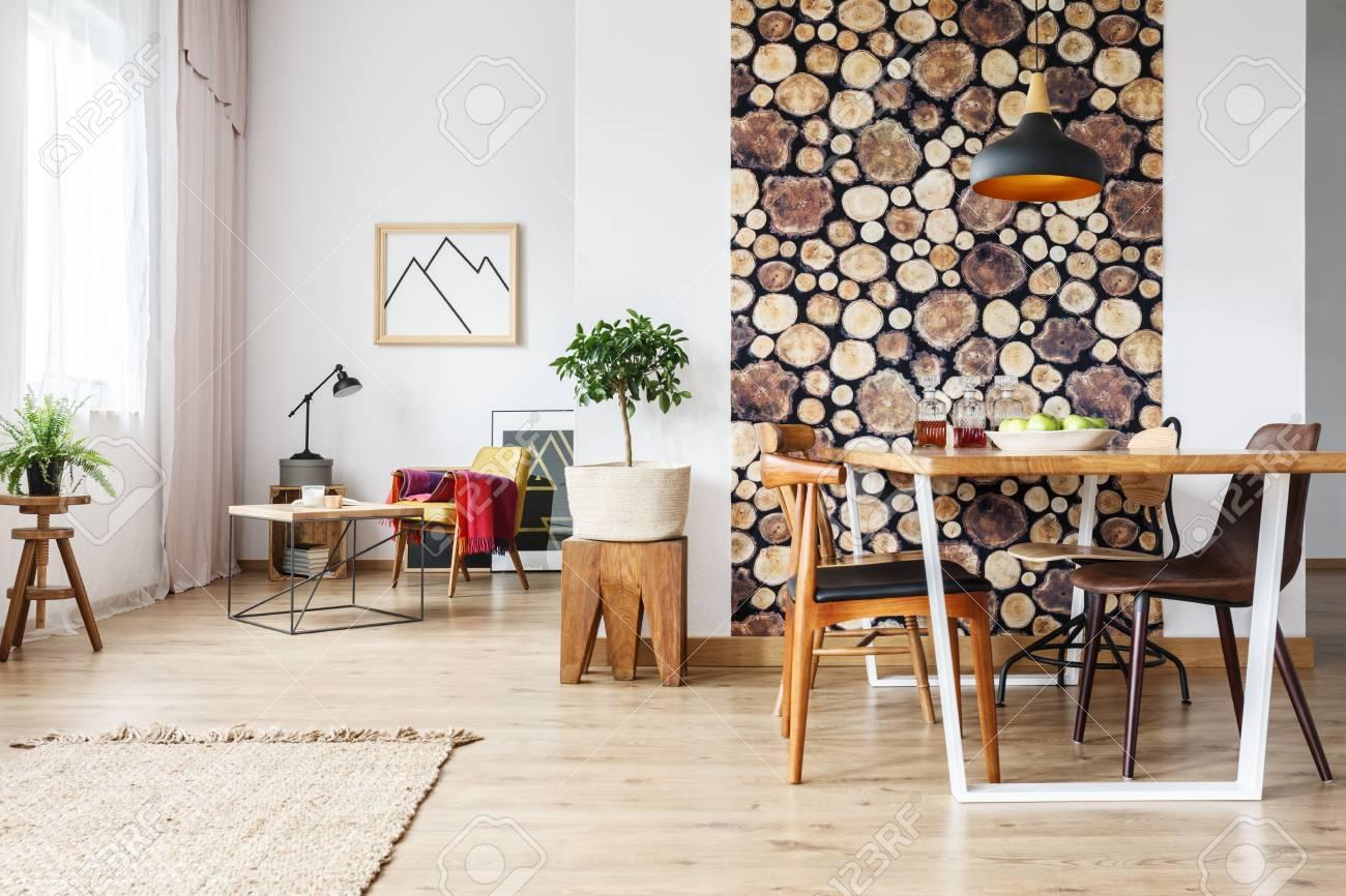 Mesa de comedor y sillas marrones rústicas en el estudio creativo  contemporáneo con los trineos de madera