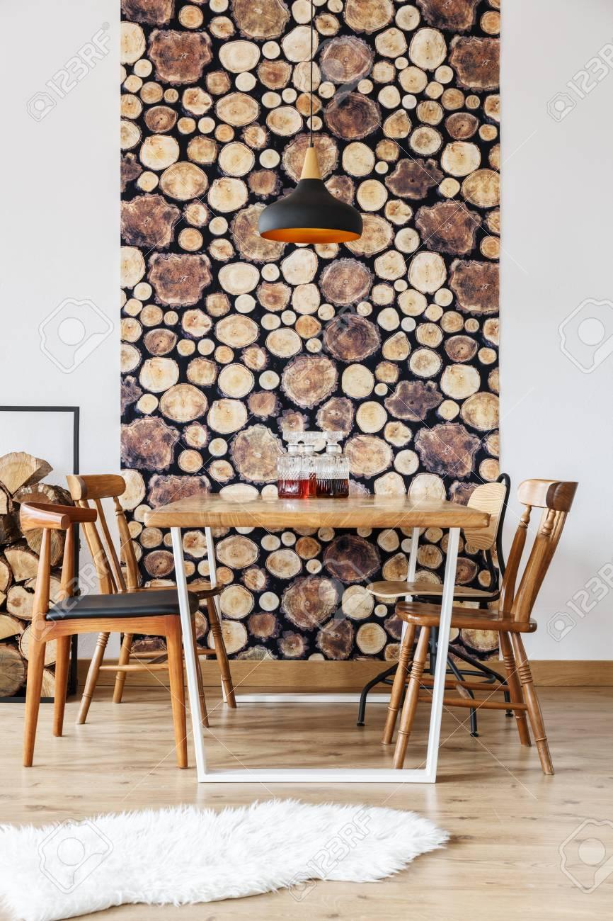 Salle A Manger Retro design rustique et décoration murale en bois dans une salle à manger  élégante moderne avec lampe noire et rétro chaises