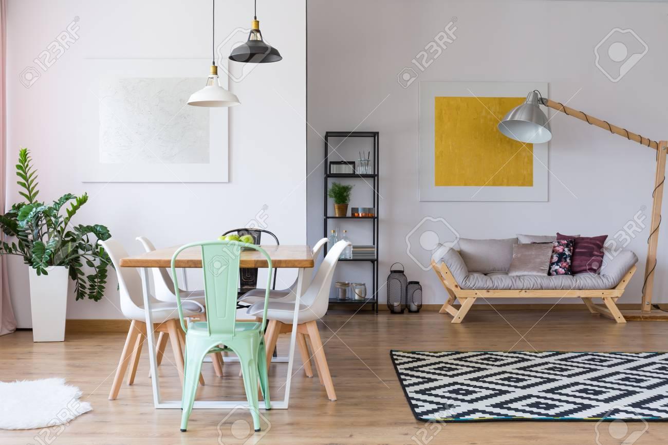 Silla De Menta En La Mesa De Comedor En La Habitación Amplia Con ...