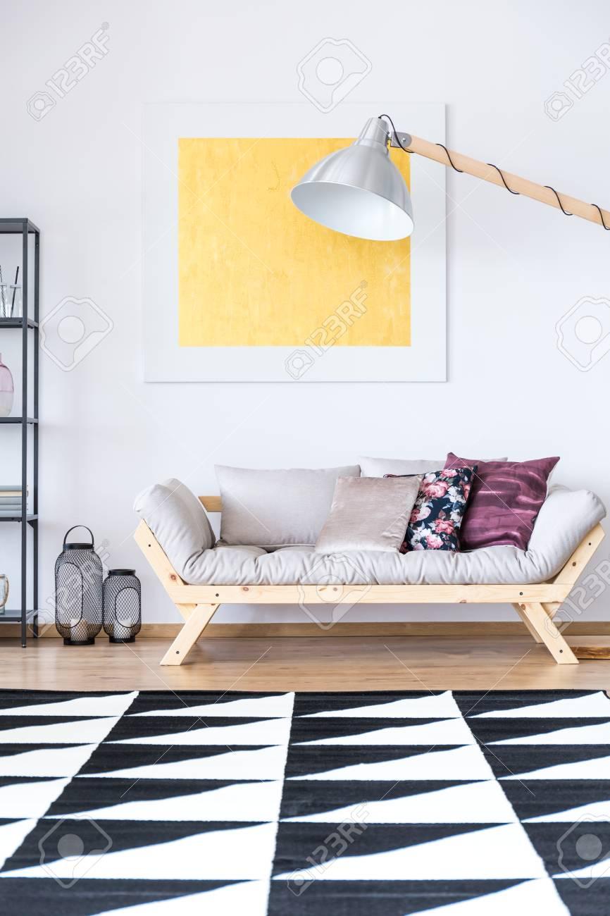 Gold Malerei über Beige Sofa Mit Floralen Kissen Im Wohnzimmer Mit  Schwarzen Und Weißen Geometrischen