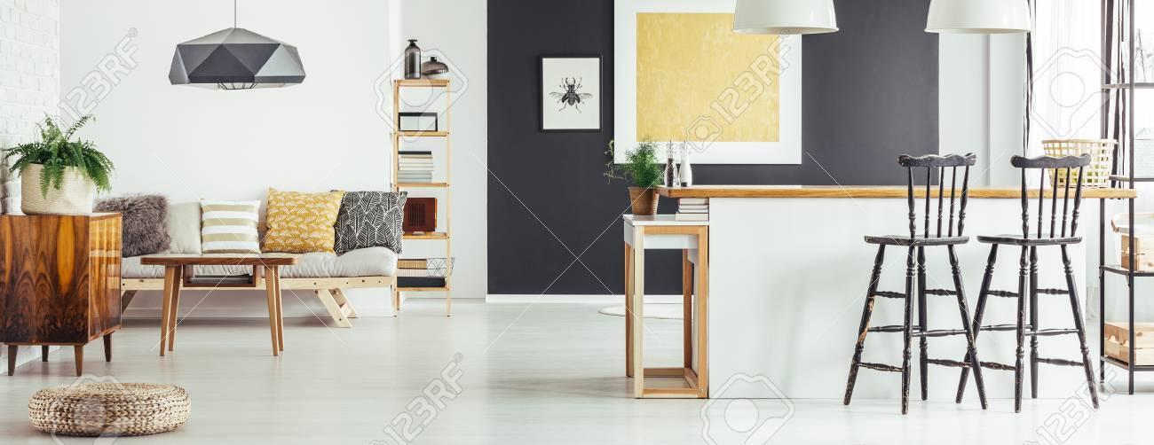 Sofá Simple Con Almohadas Estampadas, Mesa De Centro Y Pintura ...