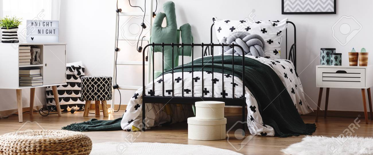 Kinder Schlafzimmer   Dunkle Decke Auf Bett Im Kinderschlafzimmer Mit Gemustertem Hocker