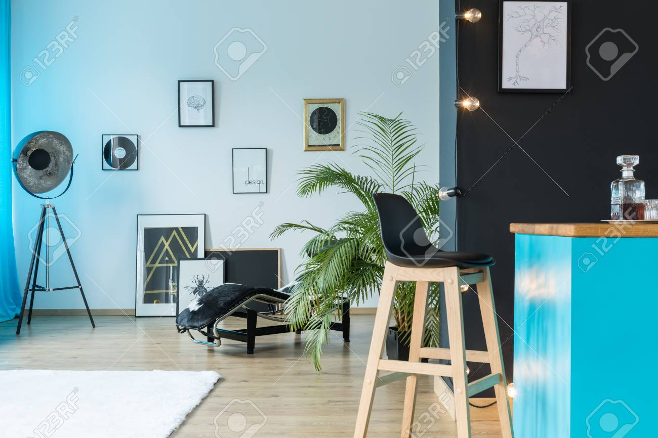 Vinyl-Schallplatten Und Designer-Lampe Im Geräumigen Studio Mit Holz ...