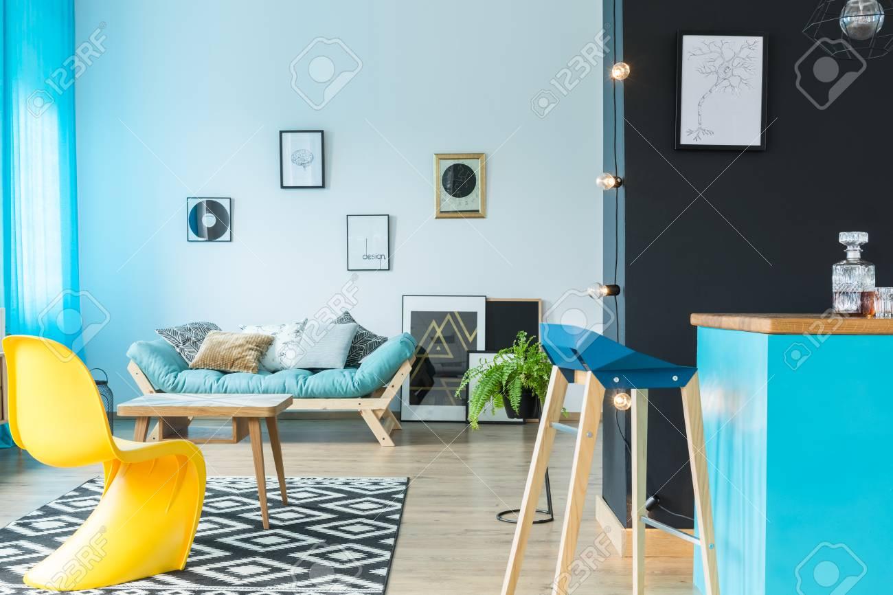 Tabouret Design Moderne à L\'île De Cuisine Bleu Dans Le Salon Coloré ...