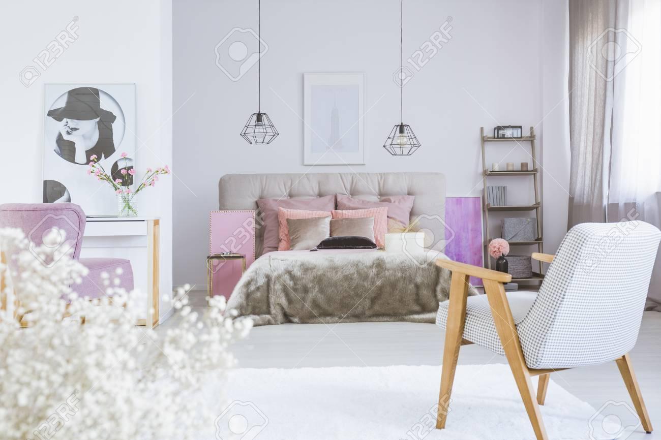 Intérieur De Chambre à Coucher Blanc Et Rose Pour Une Femme Délicate ...