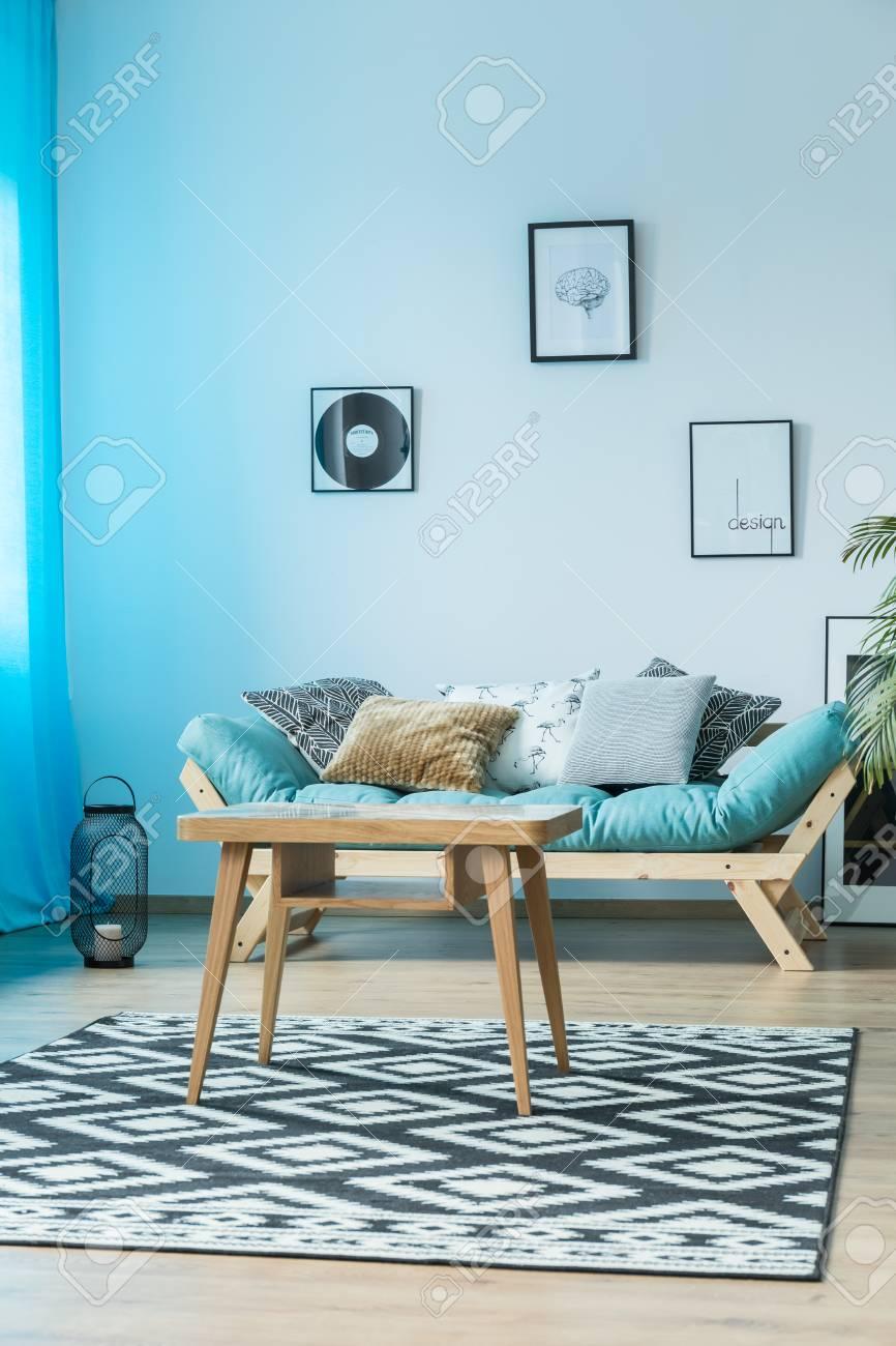 Poster An Der Wand über Blauem Sofa Mit Kissen Im Gemütlichen ...
