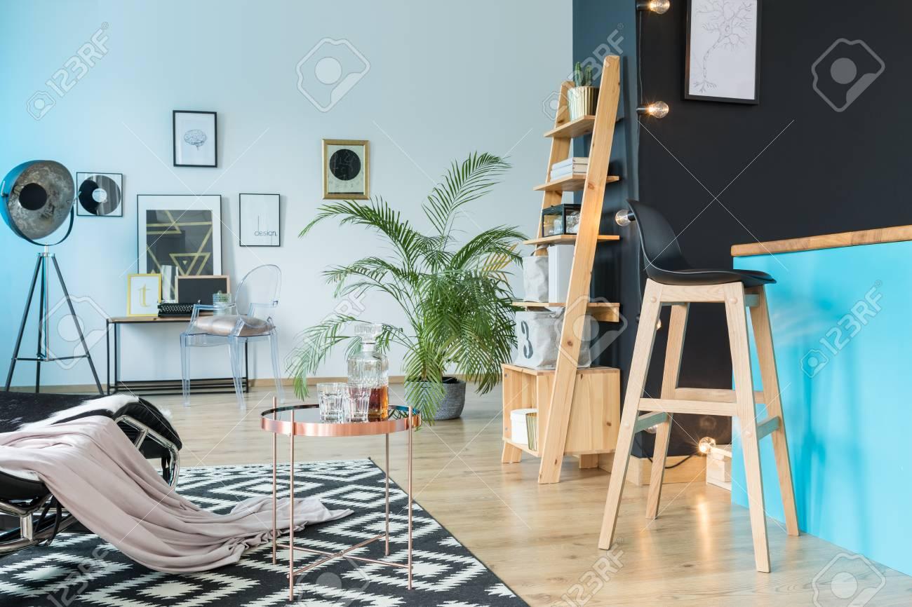 Geraumige Relax Raum Mit Barhocker Auf Kucheninsel Und Holzregal An Der Schwarzen Wand Lizenzfreie Fotos Bilder Und Stock Fotografie Image 86147768
