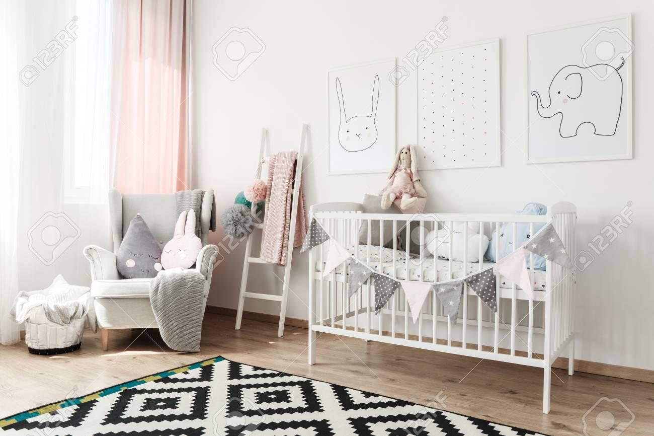 Tapis Noir Et Blanc Dans La Chambre D Enfant Scandi Avec Lit Blanc