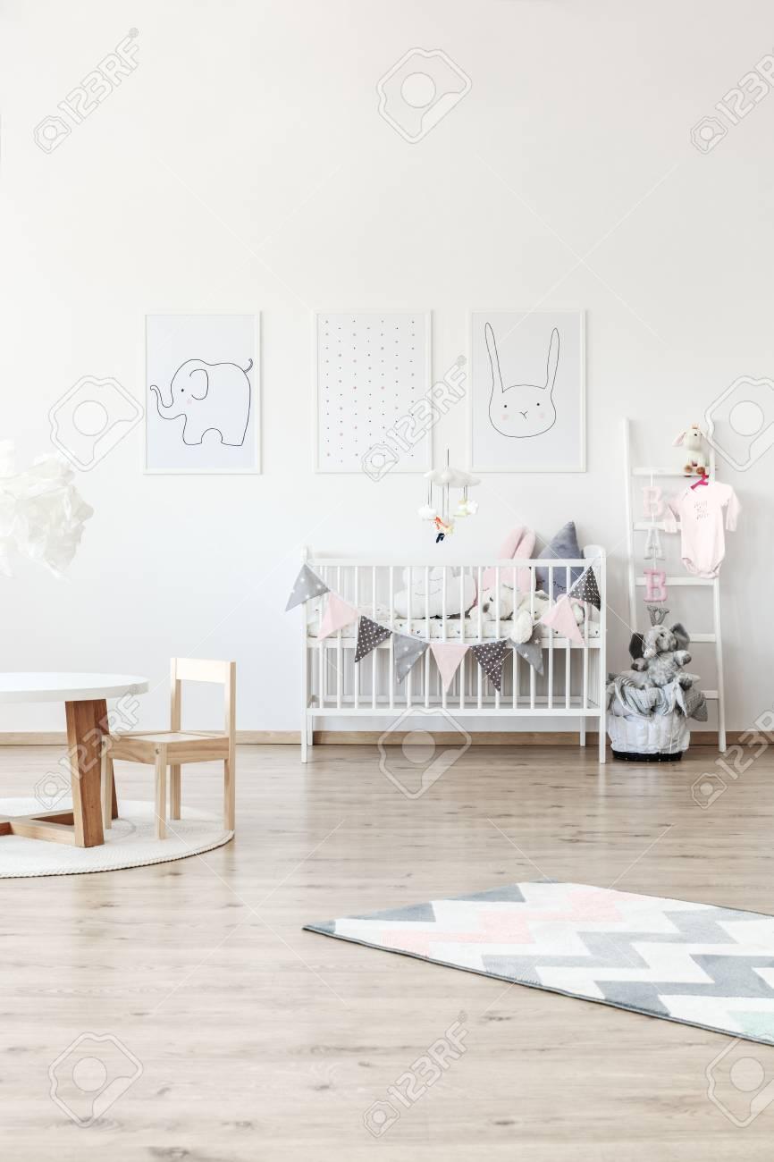 Cama De Bebé Blanco En Habitación Luminosa Con Muebles De Madera ...