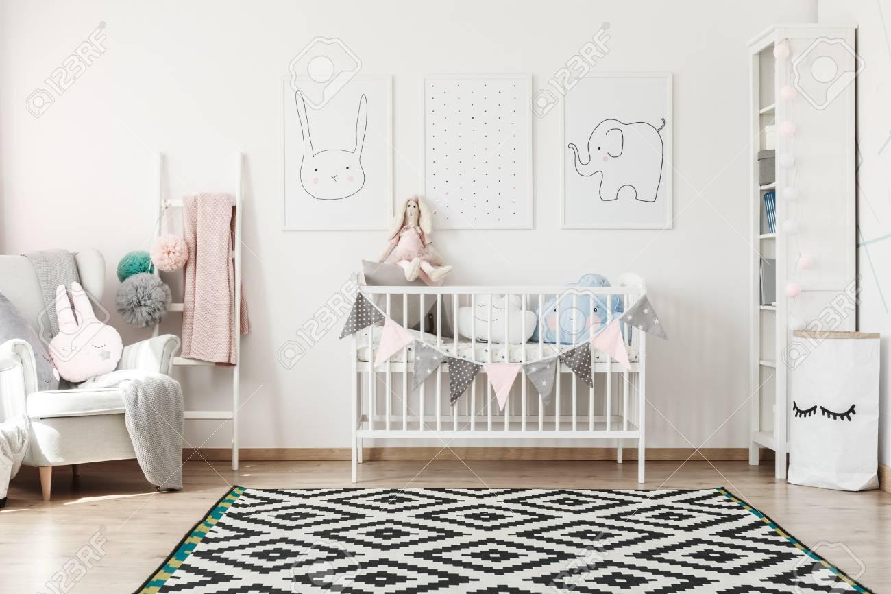 Tapis Géométrique Dans La Chambre D\'enfant Scandi Avec Lit Blanc ...