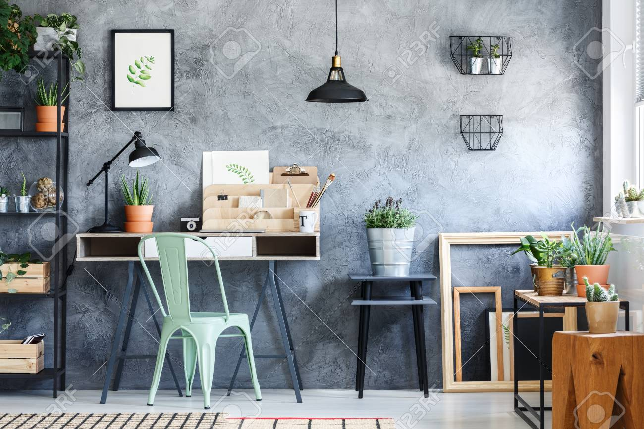 Cactus en pot en céramique sur un tabouret en bois conçu dans le