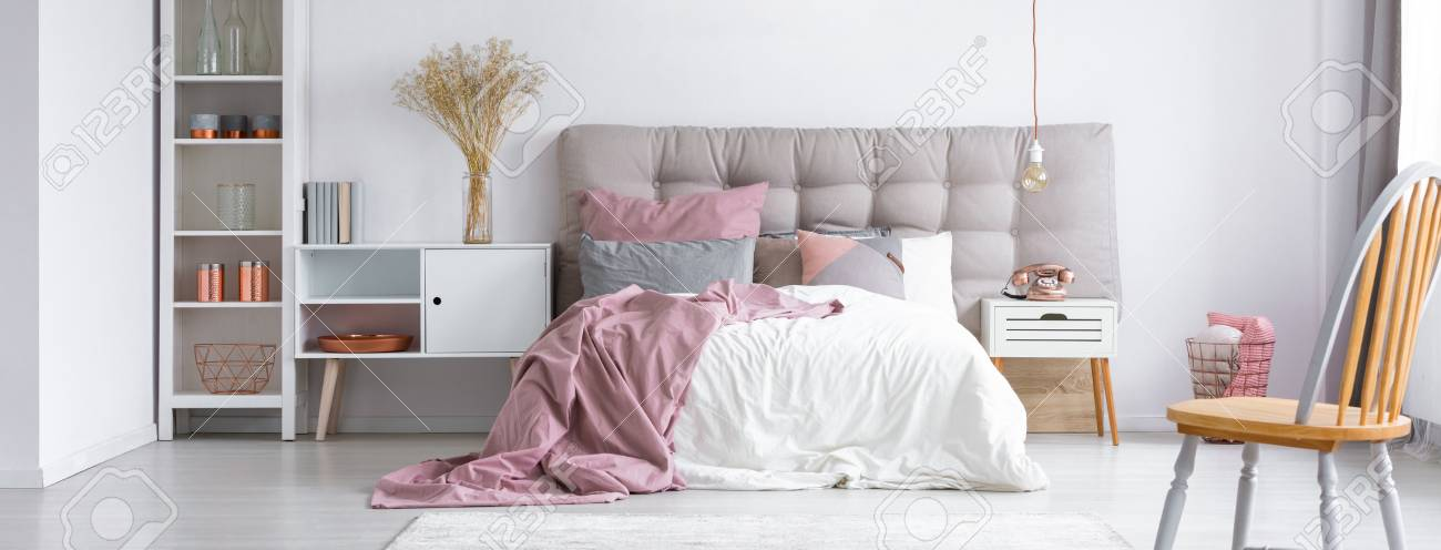 Moderne Trendige Möbel In Einem Gemütlichen Minimalistischen Schlafzimmer  Mit Kupfer Accessoires Und Pastellrosa Akzenten Standard