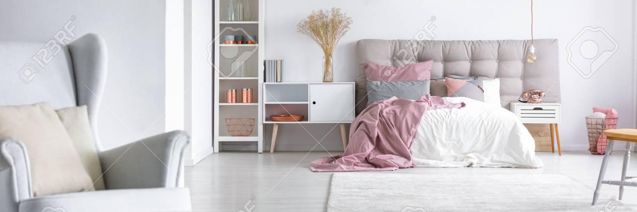 Elegantes Interieur Eines Stilvollen Weissen Schlafzimmers Mit Einem