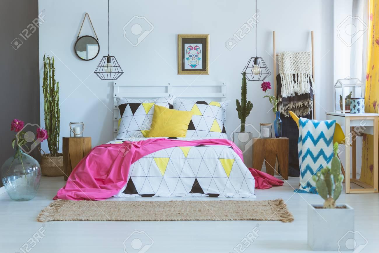 Bettdecke Mit Geometrischem Muster Auf Konigsbett Im Einzigartigen Schlafzimmer Mexikanisches Schlafzimmerkonzept Lizenzfreie Fotos Bilder Und Stock Fotografie Image 87211203