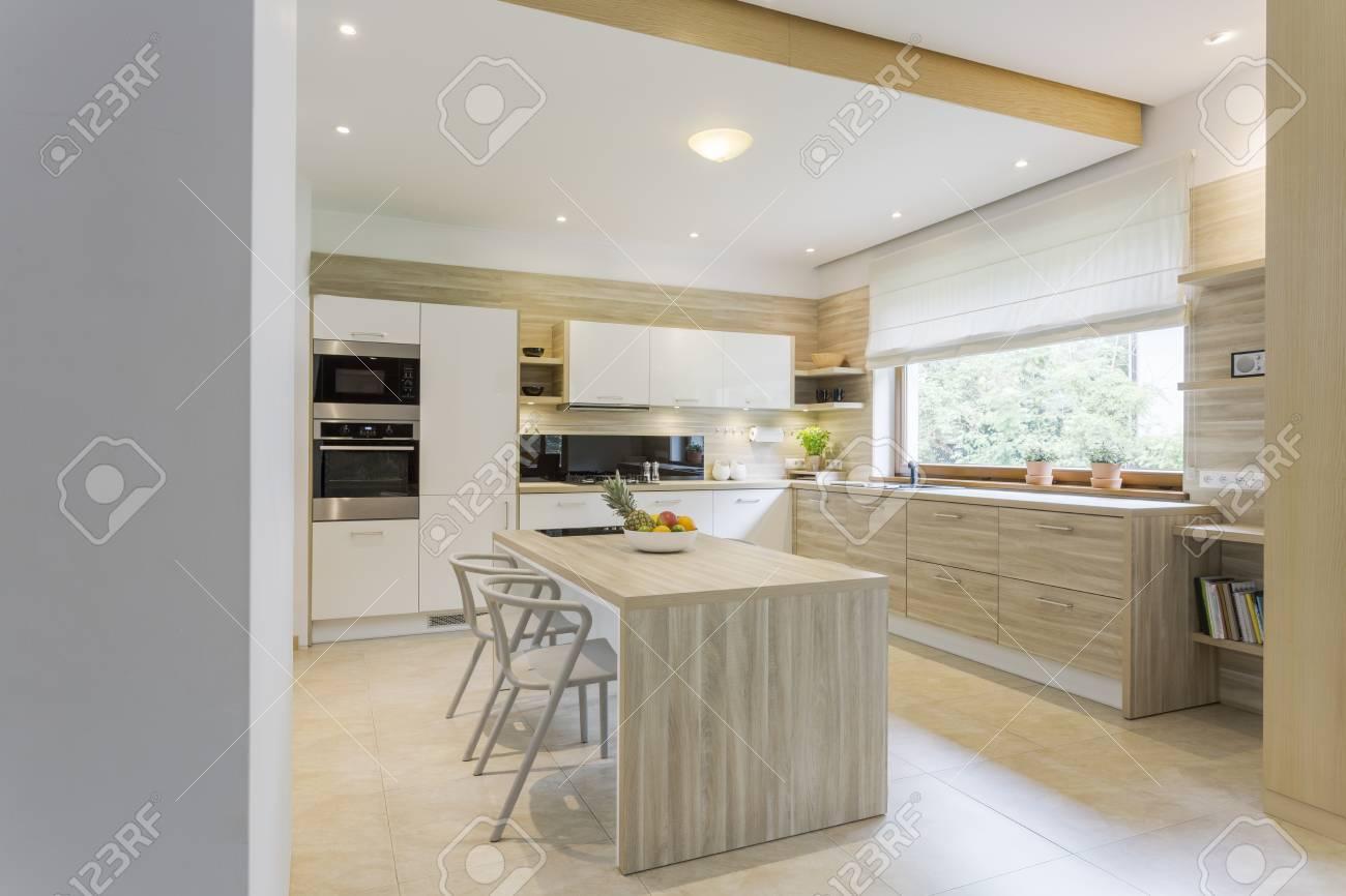 Cucina in colori chiari e mobili bianchi