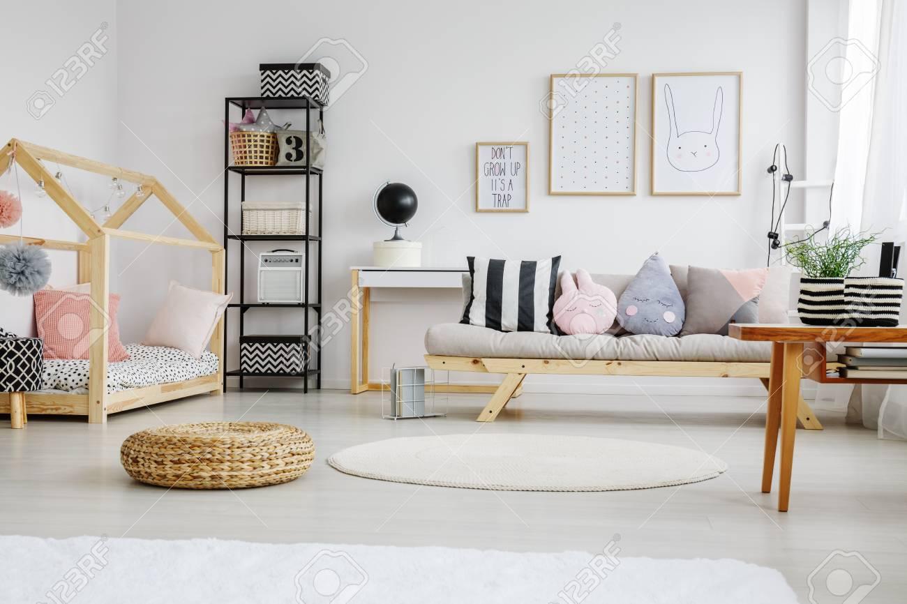 Designed Bett Mit Rosa Kissen Im Kinderzimmer Mit Geflochtenem