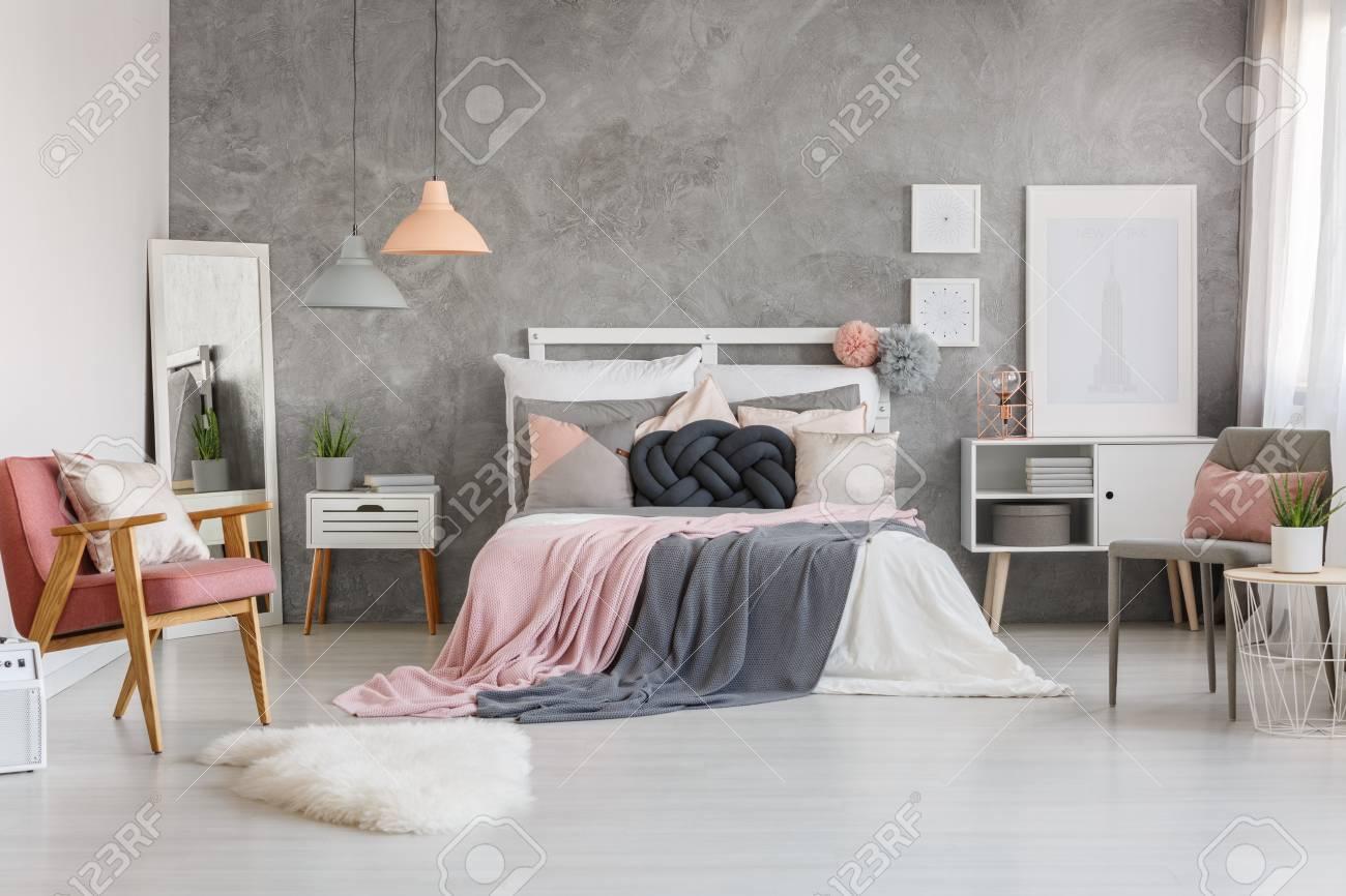 Draps Gris Pastel Sur Lit King Size Contre Mur Texture Gris Dans La