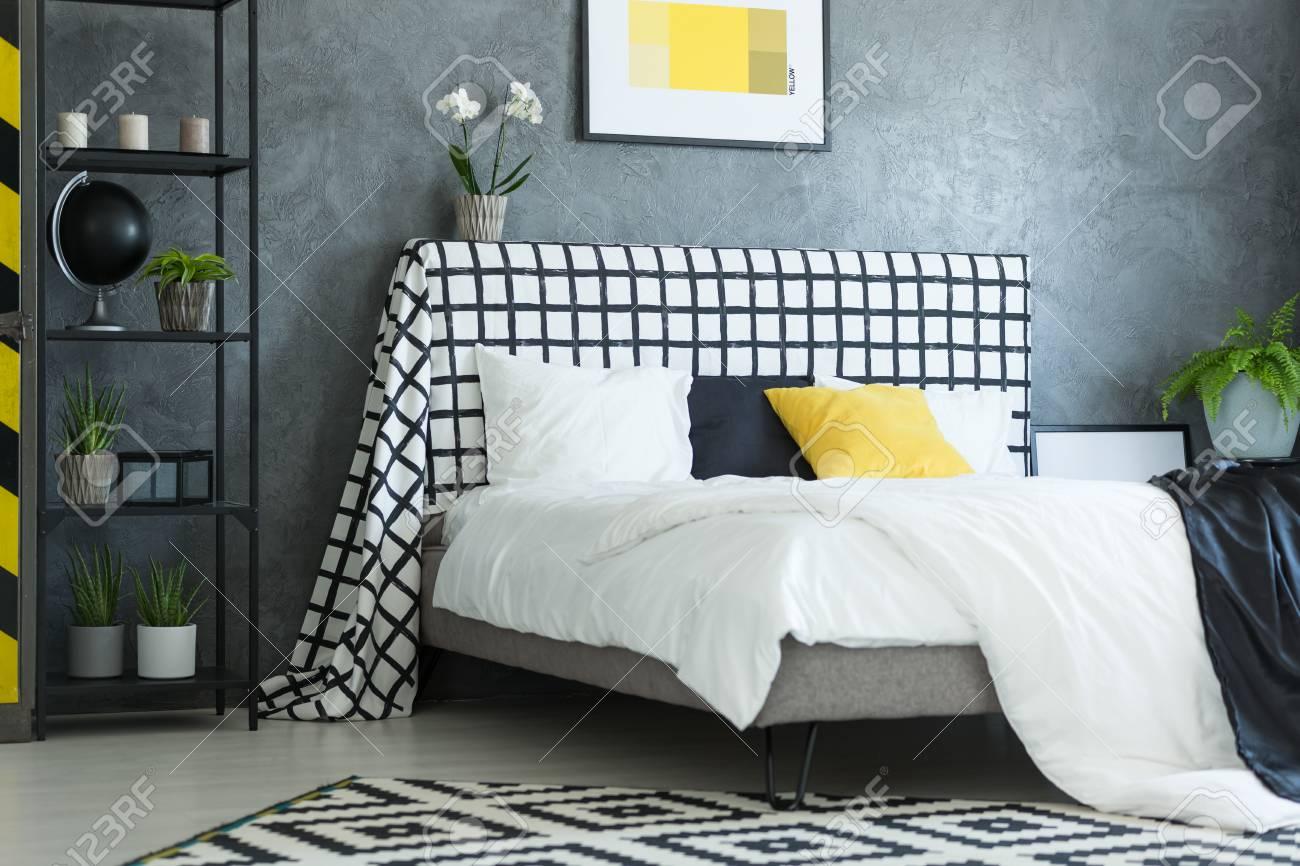 Oreiller Noir Et Blanc Jaune Sur Le Lit King-size Avec Orchidée ...