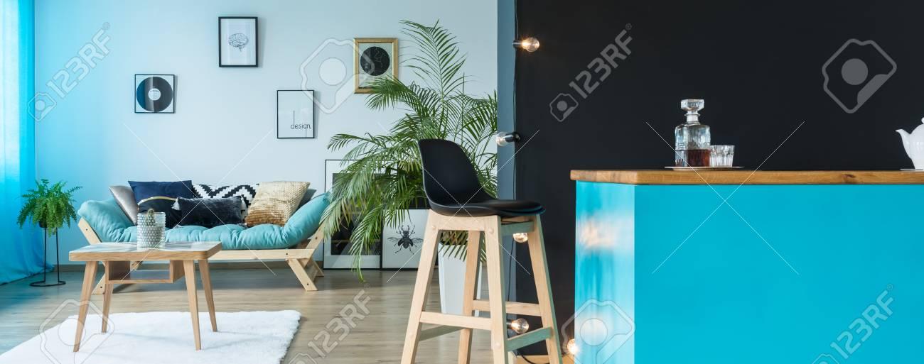 Einfarbiges Petrol Wohnzimmer Mit Einer Küchenzeile Und Einem
