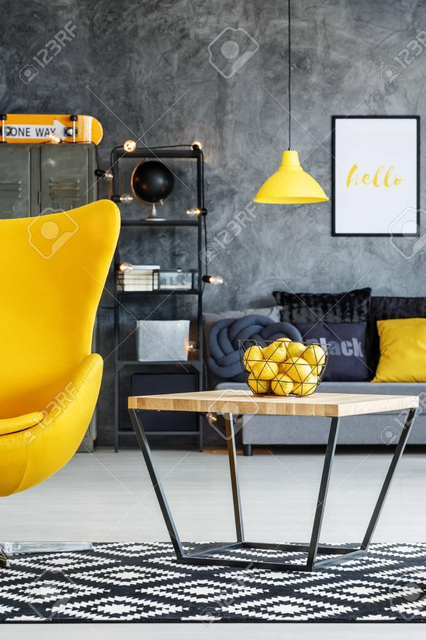 Standard Bild   Zitrusfrucht In Der Schüssel Auf Tabelle Im  Designerwohnzimmer Mit Schwarzweiss Teppich Und Gelbem Stuhl